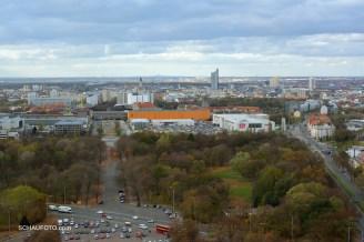 Aussicht von der oberen Plattform über das Zentrum von Leipzig bis zum Petersberg.