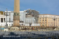 Auf dem Petersplatz wird das Gerüst für die Krippe aufgebaut.