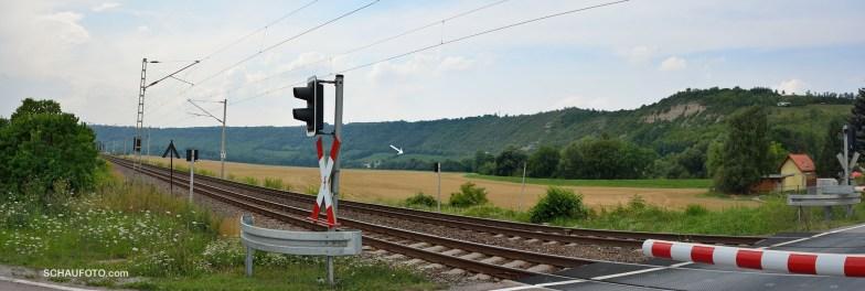 Sicht vom Bahnübergang am Fischhaus in Richtung Landesweingut (und Umkehrpunkt unserer Tour).