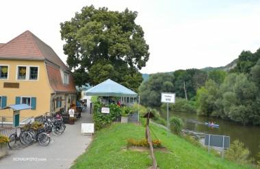 Gut besuchtes Fischhaus an der Saale.