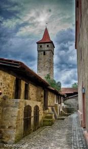 """Hinter den vielen Türen sind kleine Speicherräume (Gaden), die von """"echten"""" Ostheimern benutzt werden."""