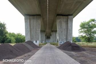 Unter der Umgehungsstraßenbrücke lagern z.Z. auch die Baumaterialen für die Saaleradweg-Sanierung.