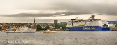 """Unsere """"Color Magic"""" und links die königliche Yacht."""