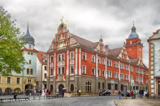 Hauptmarkt mit historischem Rathaus und Hochzeit