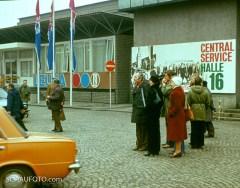 """Das Filmteam von """"Außenseiter Spitzenreiter"""" auf Opfersuche bei der Leipziger Messe."""