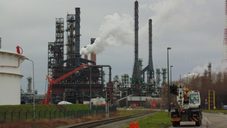 Chemiebedrijven gaan water uit dokken pompen om drinkwater te besparen