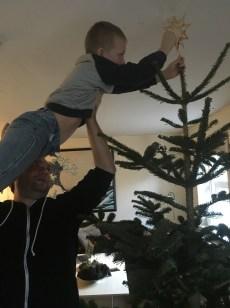 Bjarke kæmper med at sætte stjernen på :-)