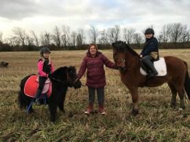 For korte bøjler, nussede ponyer, blæst, glade børn og hyggelig gåtur