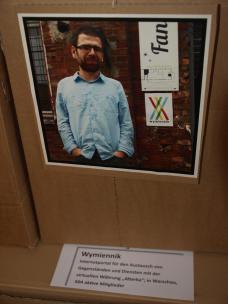 Portaitgalerie mit Fotos und persönlichen Kommentaren zu den Projekten in Sprechblasen auf der Fotorückseite.