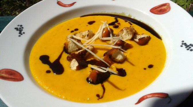 Kürbissuppe mit in Speck gebratenen Laugenbrezelwürfeln, Birne und Meerettich