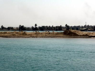 Der neue Suez Kanal im Hintergrund
