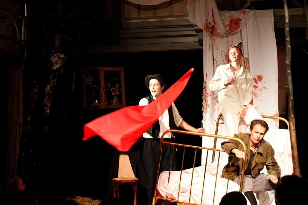 SCHLACHTEN | WER IST DIE WAFFE, WO IST DER FEIND | Image © theatre 89