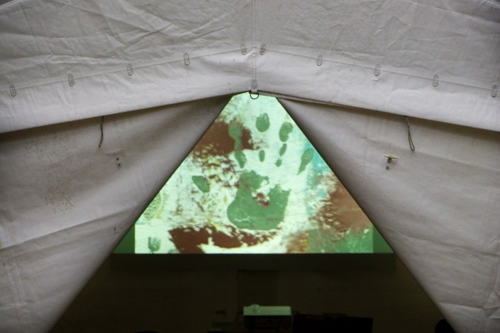 SCHLACHTEN | DISPLACED 2015 | Video-Tent | Avec destination à… / Con destino a… | Said Messari | Image © Dan Farberoff