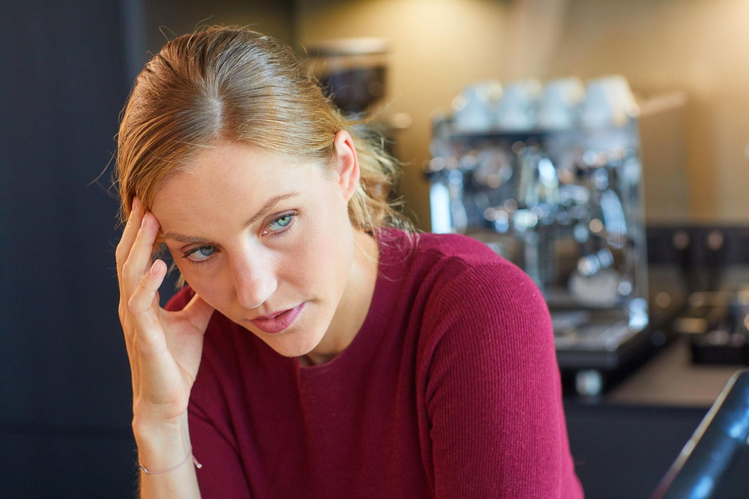 Gestresste Frau-Stressresistenz 7 Tipps für mehr Gelassenheit im Alltag