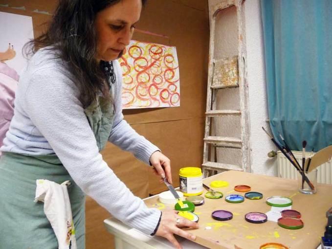 Sabine Krüger vom MalOrt Bingen bereitet die Farben vor