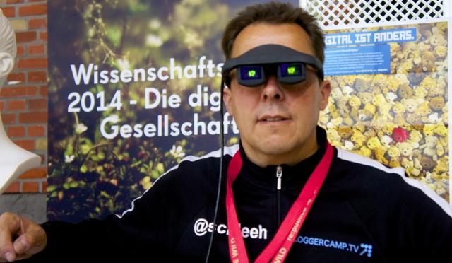 Hannes Schleeh mit dem Demonstartor von Fraunhofer COMMED auf der republica 2014