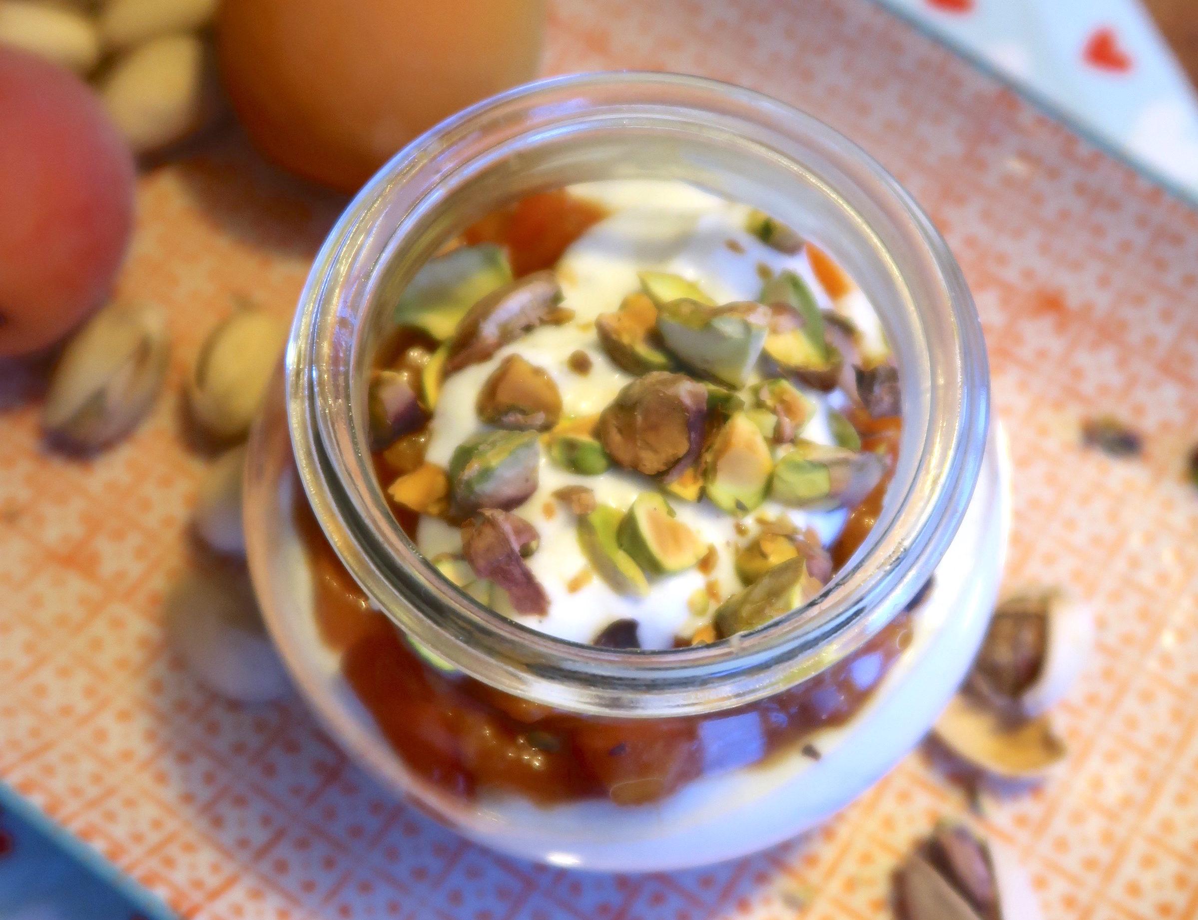 Vanilla-Frozen-Jogurt mit Aprikosen und Pistazien
