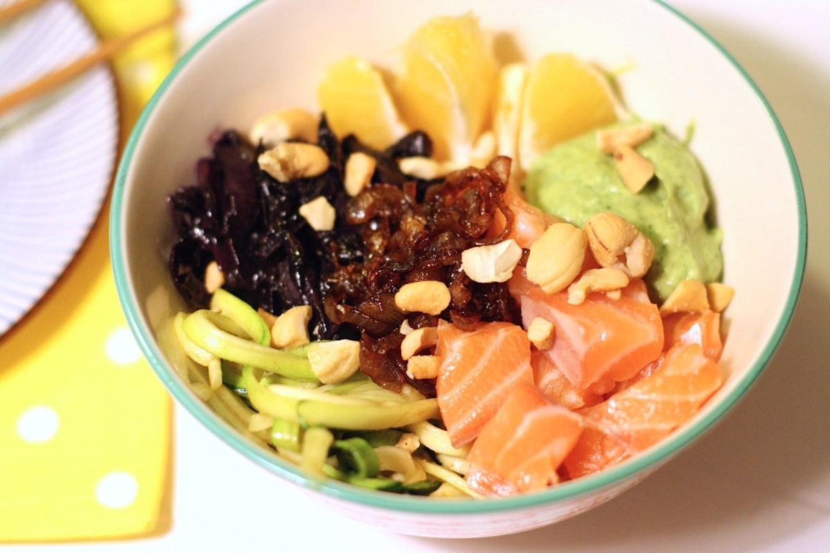 Poké-Bowl mit Asia-Rotkohl, Koriander-Avocadocreme und Lachs