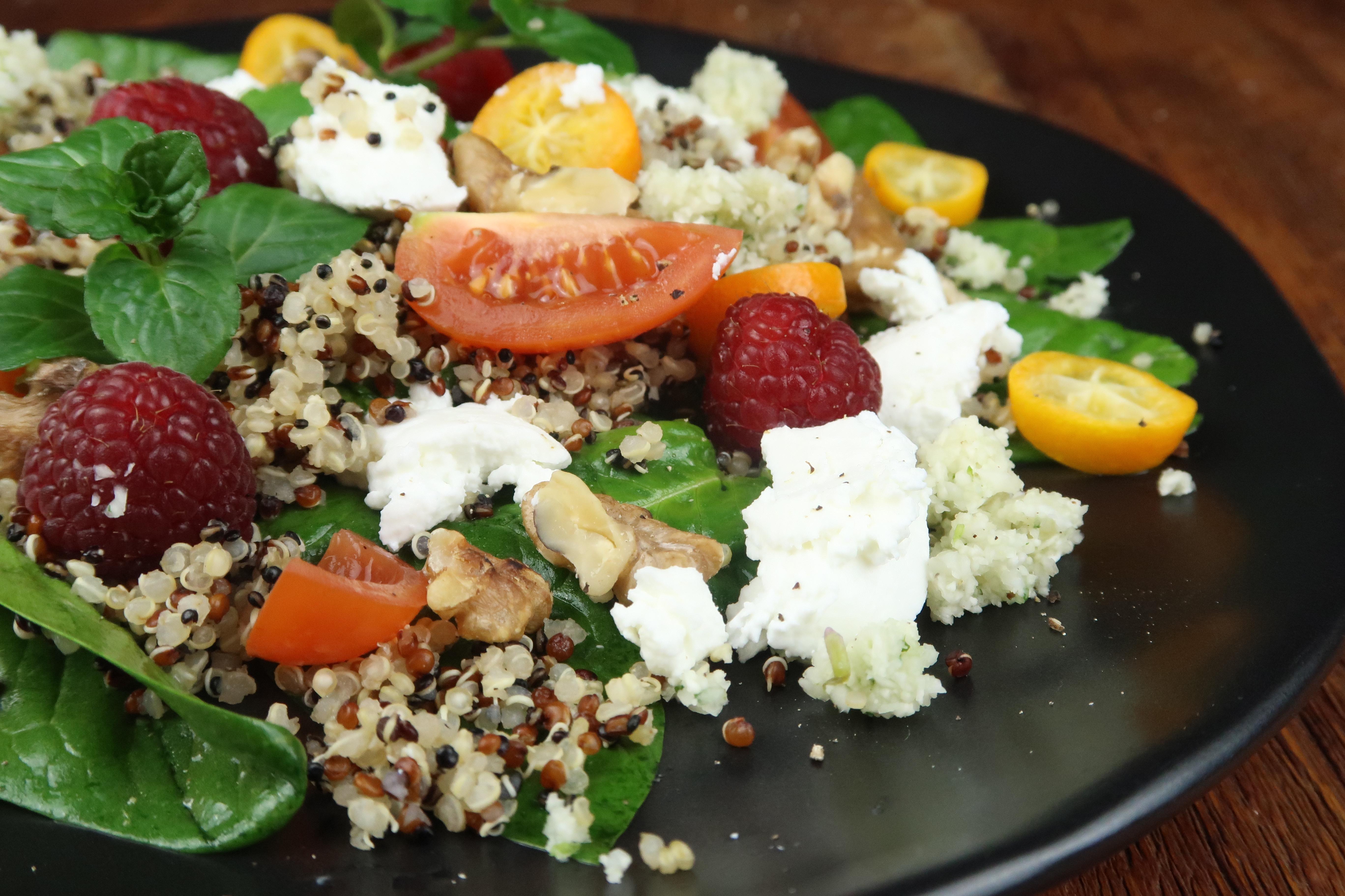 Wintersalat mit Quinoa, Blumenkohl-Tabouleh, Ziegenkäse, Spinat und Himbeeren