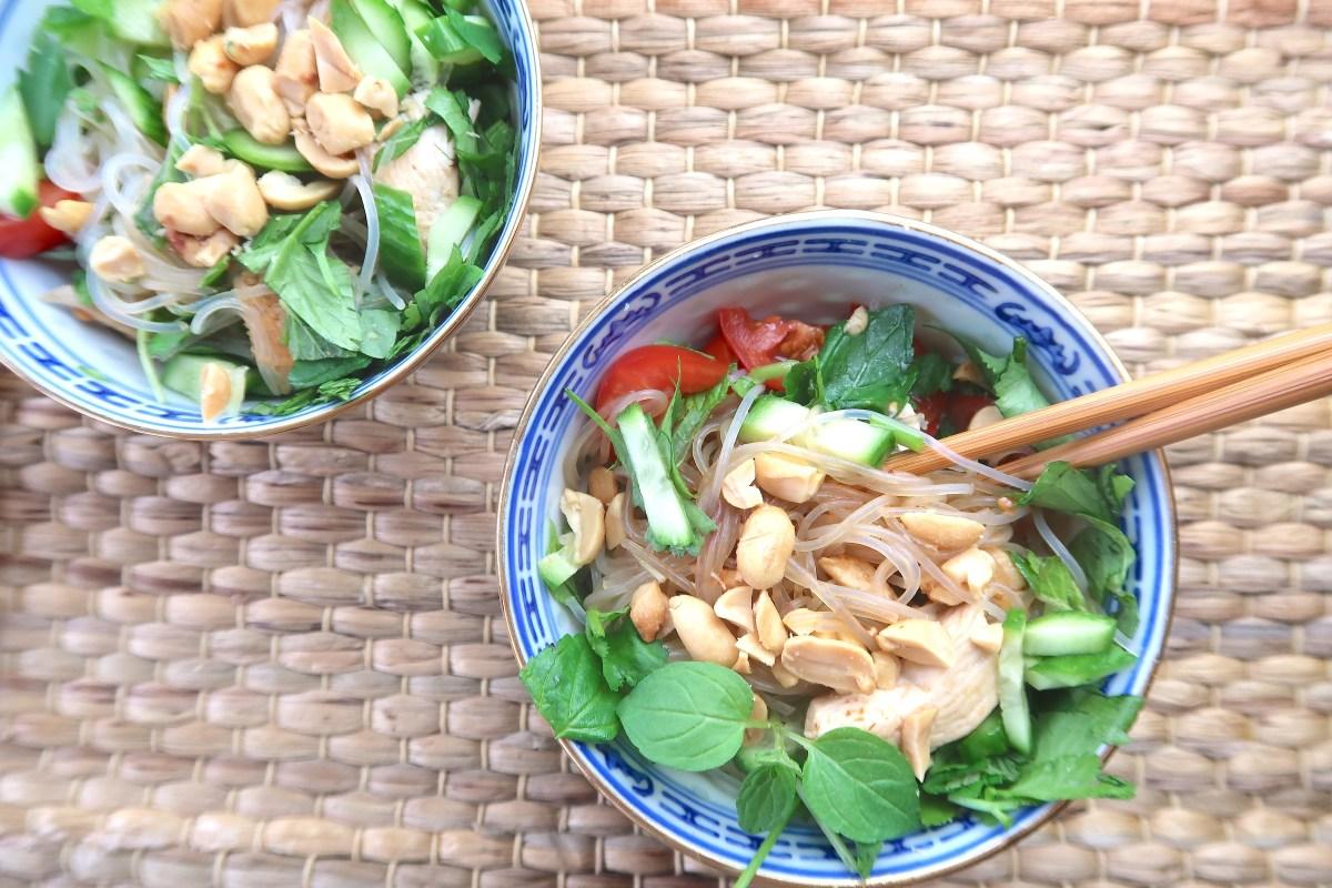 Glasnudelsalat mit Minze, Erdnüssen und Hähnchen