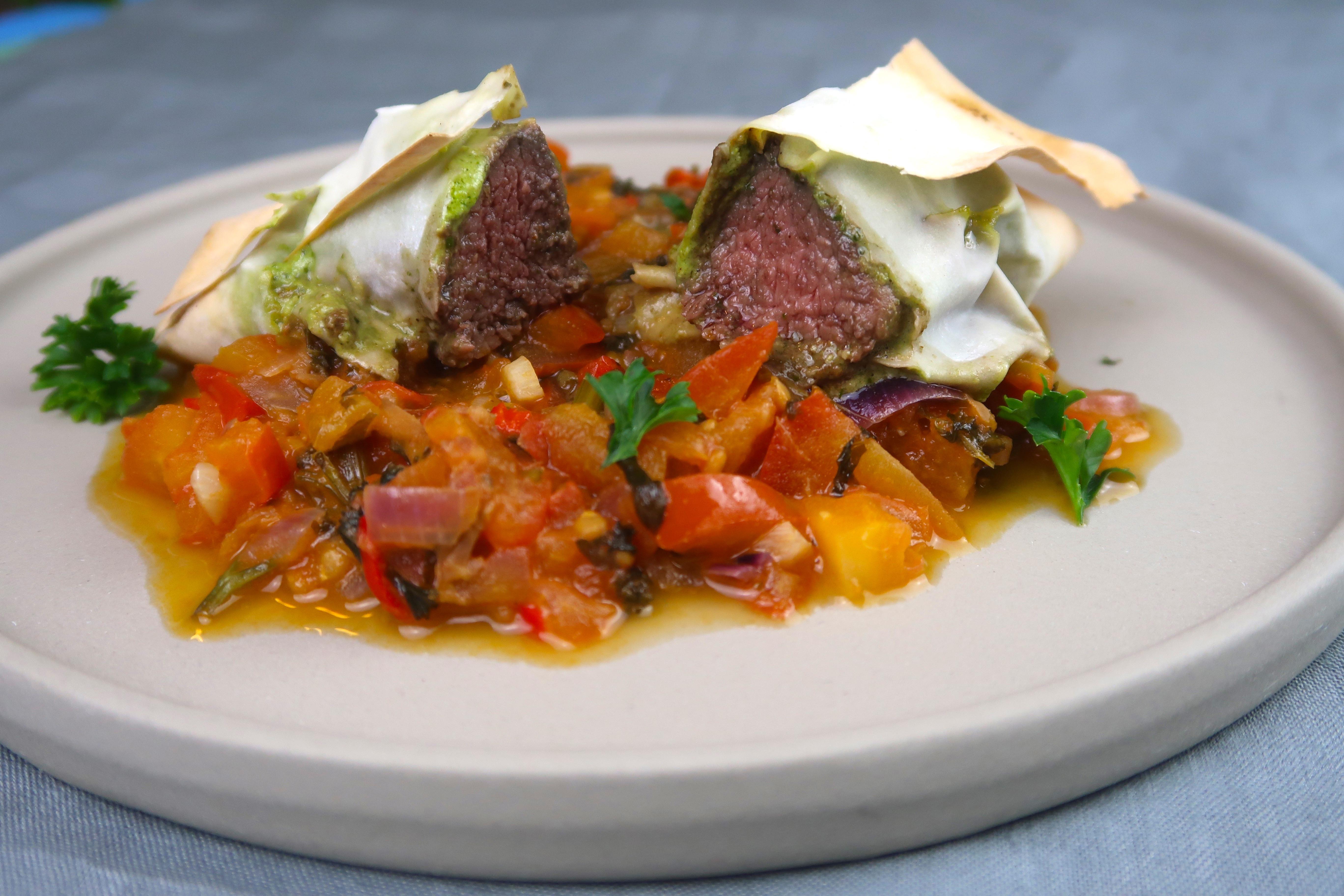 Orientalisches Lamm in Filoteig auf Tomaten-Dattel-Salsa