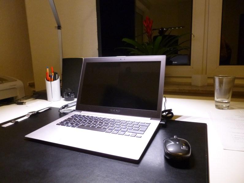 Der Heimwerker setzt sich zunächst an seinen Computer und schaltet ihn ein...