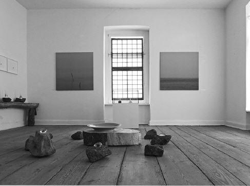 WEGE ZUR SCHLICHTHEIT 6  Quelle des Lebens  Am 22. Mai 2010 wurde die sechste Auflage in der Ausstellungsserie »Wege zur Schlichtheit« im Schloss Mitsuko eröffnet.  Mit dem Thema »Quelle des Lebens« haben sich auch dieses Jahr wieder zahlreiche Künstler auseinander gesetzt.