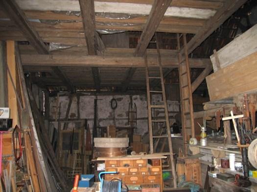 Zustand Innen 2006: Unmengen Möbel und Holz, offene Decken, offene Seiten
