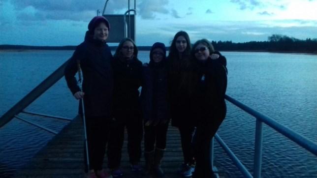 Julia, Frau Bahr, Louisa, Sophie und Renee in der Daemmerung am See
