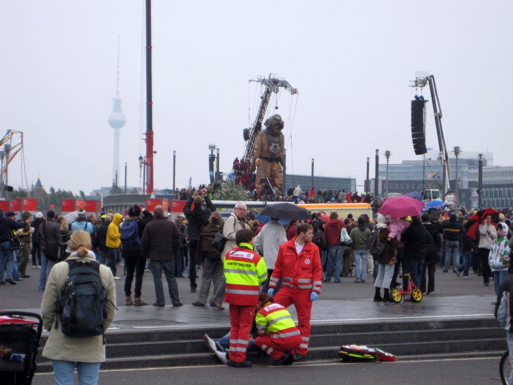 Wenn der Johanniter zweimal klingelt - Die Johanniter-Unfall-Hilfe e.V. (JUH) ist eine unersetzliche Hilfsorganisation (1/4)