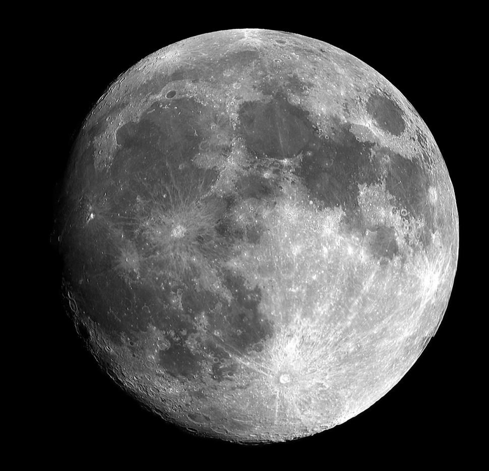 Hinter dem Mond ist ein künstliches Objekt