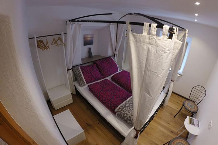 ferienwohnung privatzimmer ebbs hoamatl schlafzimmer mit himmelbett
