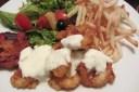 Calamaris mit dezentem Knoblauch Dip, Temura Beetroot, Salat und Pommes