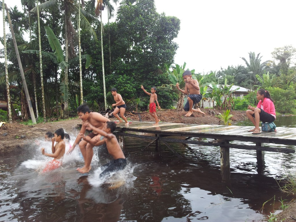 Simple Life of Kampung Kids in the River 9