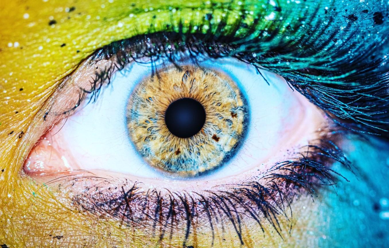 Farbefrohe Irisaufnahme - ganzes Auge mit bunter Iris in verschiedenen Farben