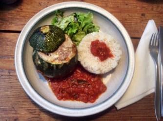 10.3.16 - gefüllte Zucchini,Tomatensoße,Reis,Salat (15)