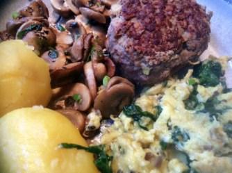 11.3.16 - Rührei mit Babyspinat,Champignons,kartoffeln,Frikadellen, (15)