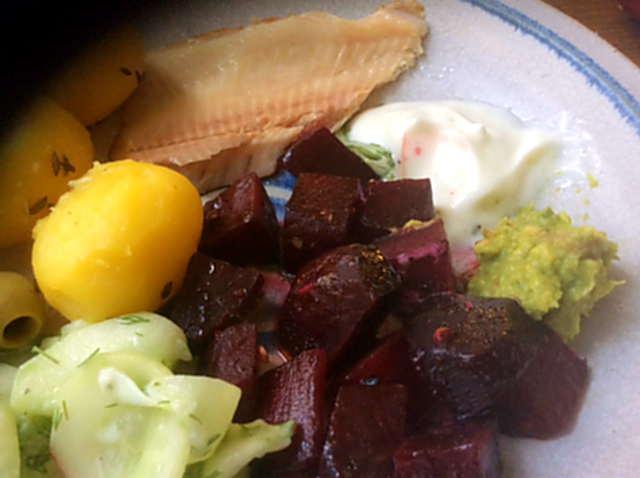29.3.16 - Rote Bete,Gurkensalat,Kartoffeln,Dip,Desseret (6)