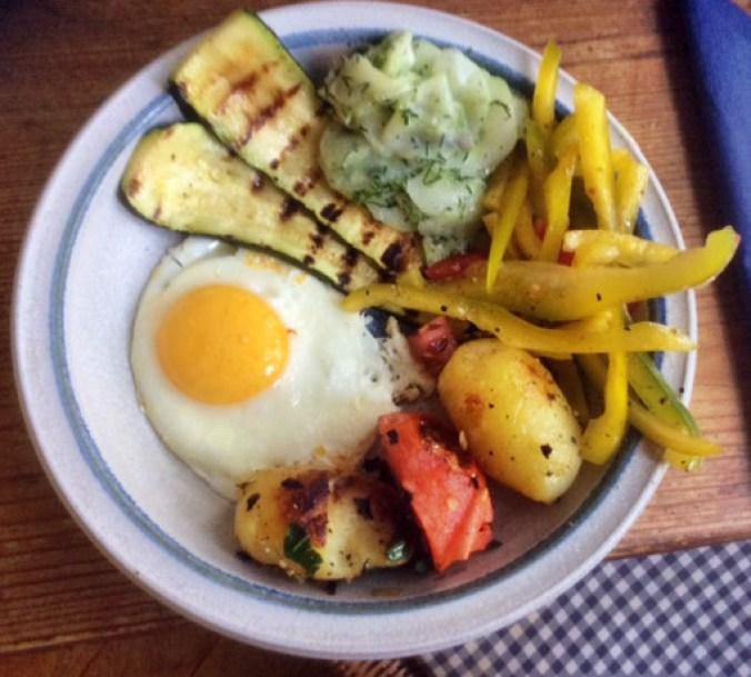 8.3.16 - Zucchini,Paprikasalat,Gurkensalat,Kartoffeln,Spiegelei (1)