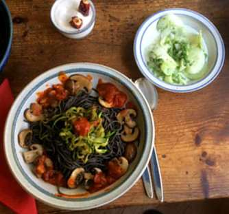 Black Beans Spaghetti,Zucchini Spaghetti,Champignons,Tomatensauce,Gurkensalat (15)