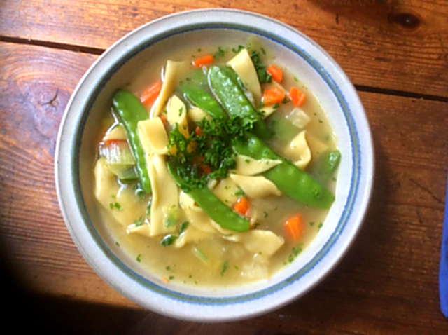 18.4.16  -  Gemüsesuppe ,selbstgemachte Nudeln (16)