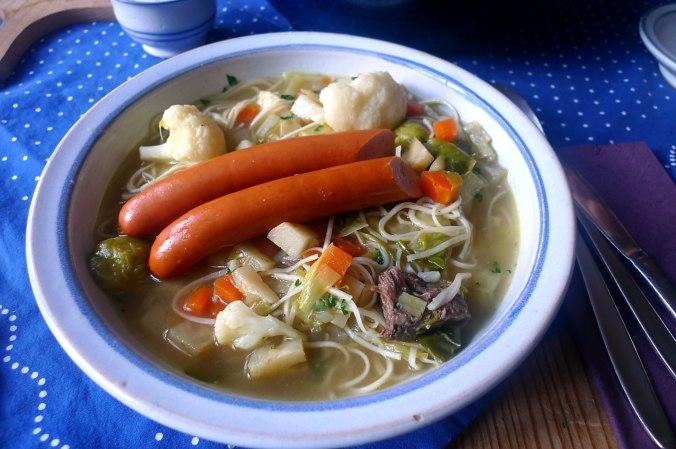 gemusesuppe-mit-nudeln-und-wiener-17