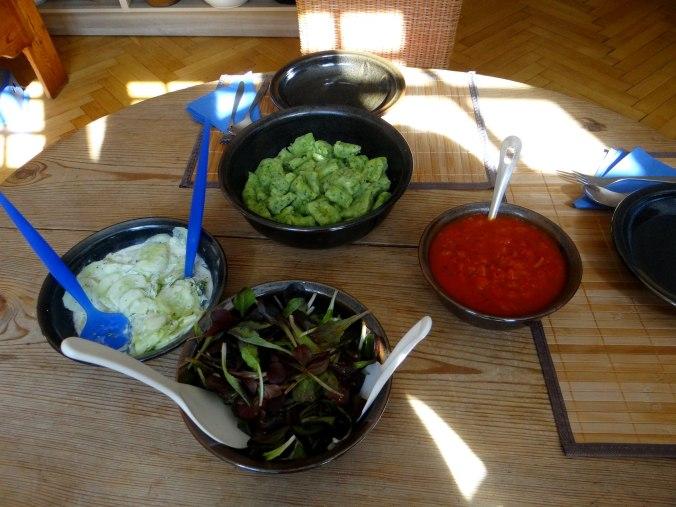Bärlauchgnocchis,Tomatensugo,Salate (2)