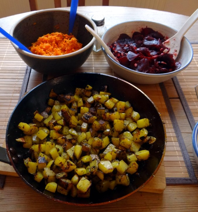 Rohgebratene Kartoffeln,Möhrensalat,Rote Bete Salat (15)