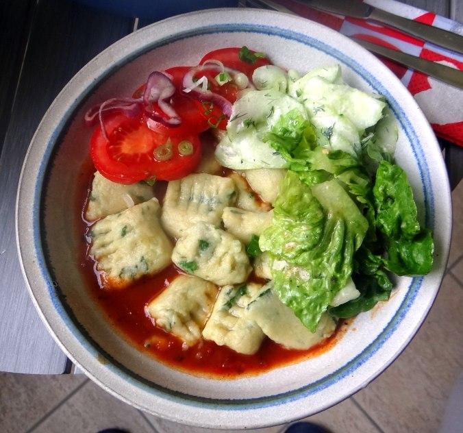 Basilikum Gnocchi mit Tomatensauce und Salaten (31)