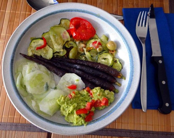 Lauwarmer Zucchinisalt,gedämpfte Möhren,Gurkensalat,Guacamole (2)