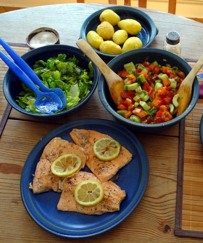 Lachsforelle,bunter Salat,Römersalat,Pellkartoffeln,pescetarisch (4)