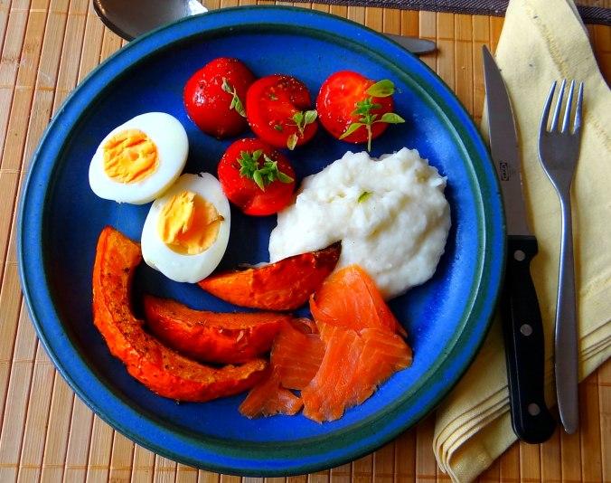 Maniok,Kürbisspalten,Tomaten,Eier,geräucherte Lachsforelle,pescetarisch (16)
