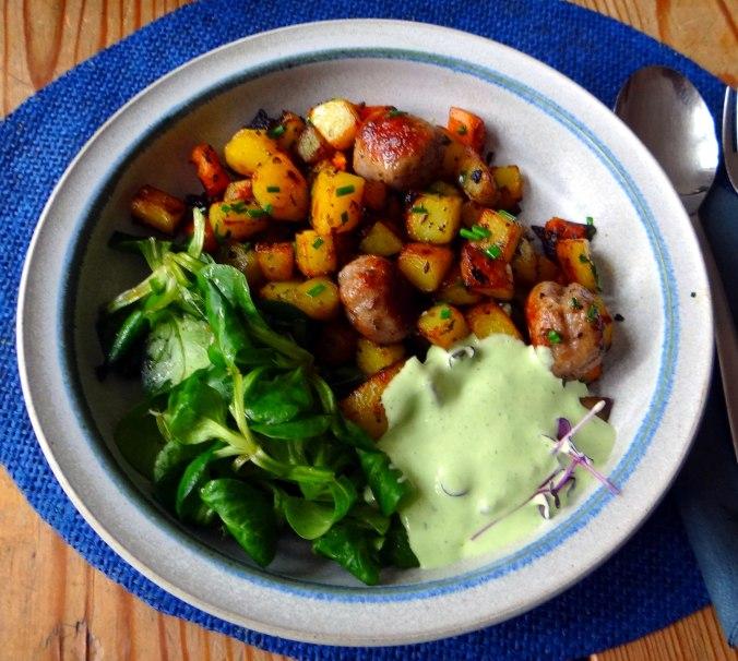 Rohgebratene Kartoffeln,Hackbällchen,Dip,Feldsalat (2)