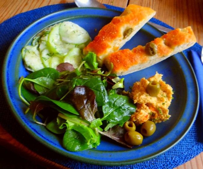 Hummus,Salate und Foccacia (2)